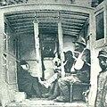 Italijanski ranjenci iz bojev pri Plaveh v ambulatnih avtomobilnih vozovih.jpg