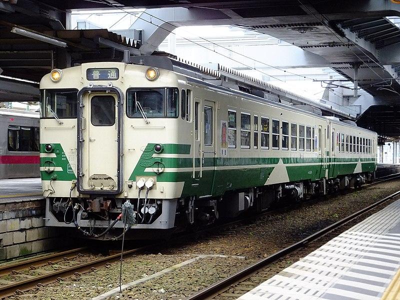 https://upload.wikimedia.org/wikipedia/commons/thumb/0/08/JRE-Kiha40-OgaLine_at_Akita_Station.jpg/800px-JRE-Kiha40-OgaLine_at_Akita_Station.jpg
