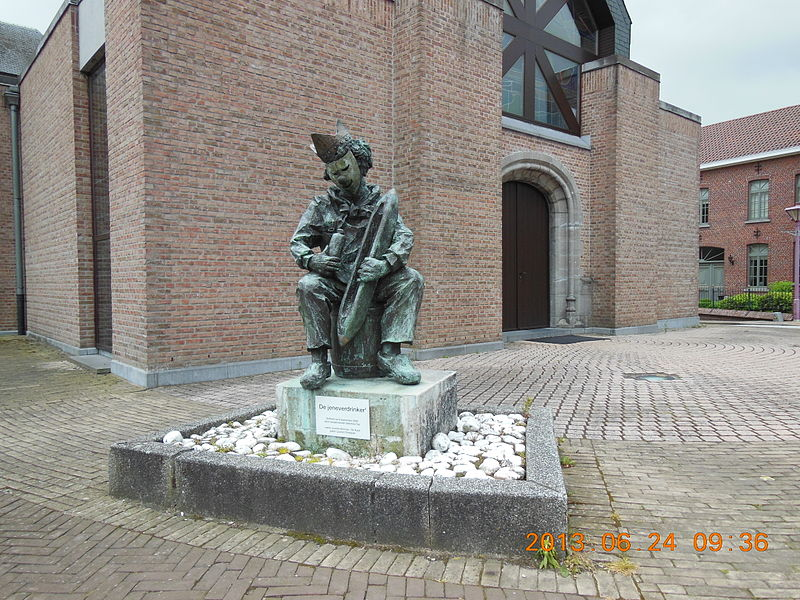 "A statue representing a folklore figure called ""jeneverdrinker"", ""jenever"" being the dutch or flemis version of ""gin"""