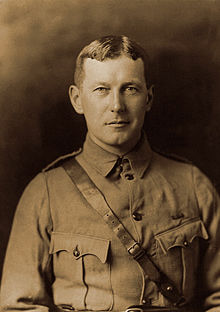 Description de l'image  John McCrae in uniform circa 1914.jpg.
