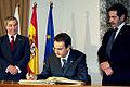 José Luis Rodríguez Zapatero firmando el libro de honor del parlamento de Cantabria (23 de noviembre de 2004).jpg