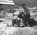 """Kašca Anton, 79 let, Sp. Trenta 18. """"Petr"""" dela lesene žlice in kambe za drobnico. Pred seboj ima """"šoljo"""" 1952.jpg"""
