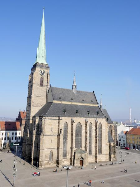 File:Katedrála sv. Bartoloměje od jz., Náměstí Republiky, Plzeň, 15. 2. 2017.png