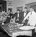 Kelners schenken glazen drank in, Bestanddeelnr 255-8533.jpg