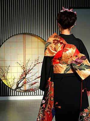 Obi (sash) - Back of a woman wearing a kimono with the obi sash tied in the tateya musubi style