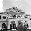 Koninklijk paar staand op het balkon van het Gouvernementshuis, Bestanddeelnr 918-2937.jpg
