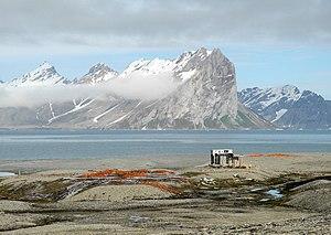 Gåshamna - Cabin Konstantinovka and expedition remains at Gåshamna