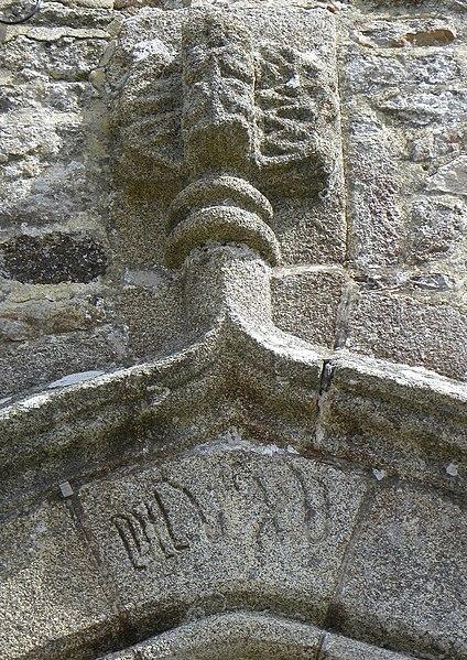 Église Notre-Dame de Livré-sur-Changeon (35). Fleuron du portail central de la façade occidentale.