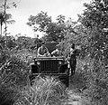 Luitenants Post en Korma in een jeep in gesprek met een inheemse man in Suriname, Bestanddeelnr 252-6402.jpg