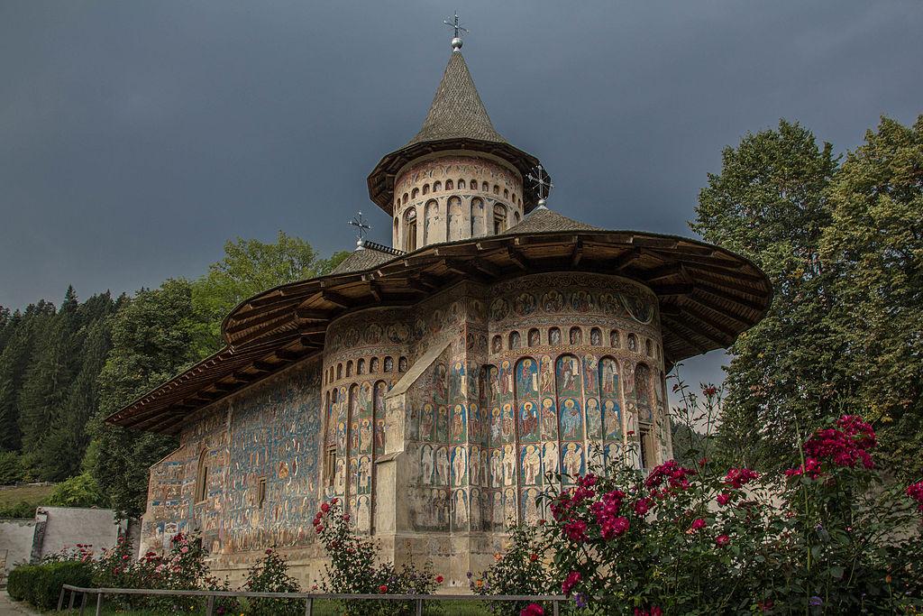 Mănăstirea Voroneț vedere laterala 09.jpg