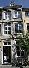 foto van Huis met smalle gevel van Naamse steen.