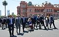 Macri junto a su gabinete saliendo de Casa Rosada.jpg