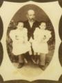 Miguel Dantas Gonçalves Pereira, com as netas Rita Olímpia e Maria Francisca (1894).png