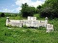 Monumentul dedicat descoperirii Tezaurului de la Pietroasa.jpg