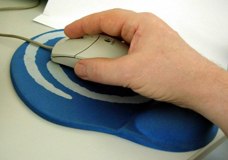ręka na myszce