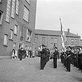 Muziekkorps speelt voor groep mensen en kinderen, waaronder fabrieksdirecteur Ja, Bestanddeelnr 255-8438.jpg