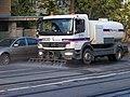 Myslbekova, kropicí auto Mercedes-Benz firmy Eurovia u staveniště tunelu Blanka.jpg