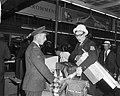 Nederlands Olympische ploeg terug aankomst Schiphol, Ada Kok bij de douane, Bestanddeelnr 917-0509.jpg