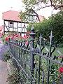 """Ortstypischer """"Dreiseithof"""" Strauß - Originale schmiedeeiserne Hofeinfriedung - Meinhard-Grebendorf Sandstraße 23 - panoramio.jpg"""