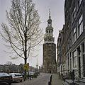 Overzicht ronde bakstenen toren met een achtzijdige houten bovenbouw en bekroning, gezien vanaf de weg - Amsterdam - 20408353 - RCE.jpg
