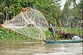 Pêcheur dans le delta du Mékong (6663031241).jpg
