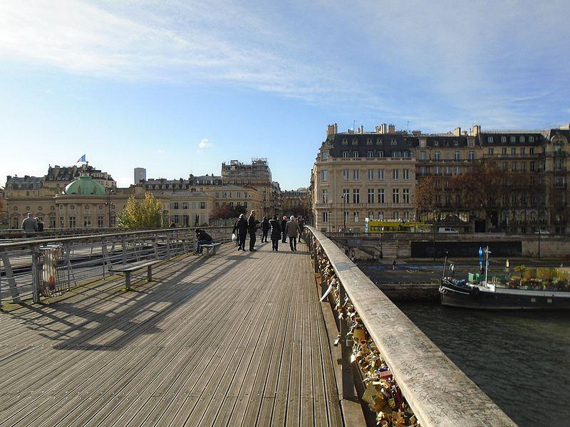 File:Paris Passerelle Léopold-Sedar-Senghor towards Quai Anatole France.jpg