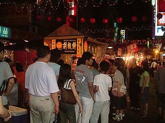 Hujiao bing - Customers waiting on line to buy Hújiāo bǐng.