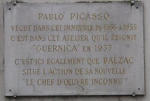 Plate hvis tekst indikerer: Pablo Picasso bodde i denne bygningen fra 1936 til 1955. Det er i dette verkstedet han malte GUERNICA i 1937.