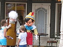 Personnage costumé de Geppetto au Magic Kingdom.