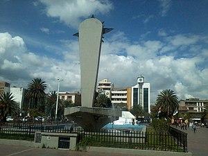 Sogamoso - Image: Plaza De La Villa Monumento Al Sol De Espaldas