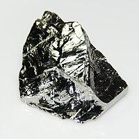 En 12 gram (2x3 cm) polykrystallin blok germanium med ujævne spaltede overflader.