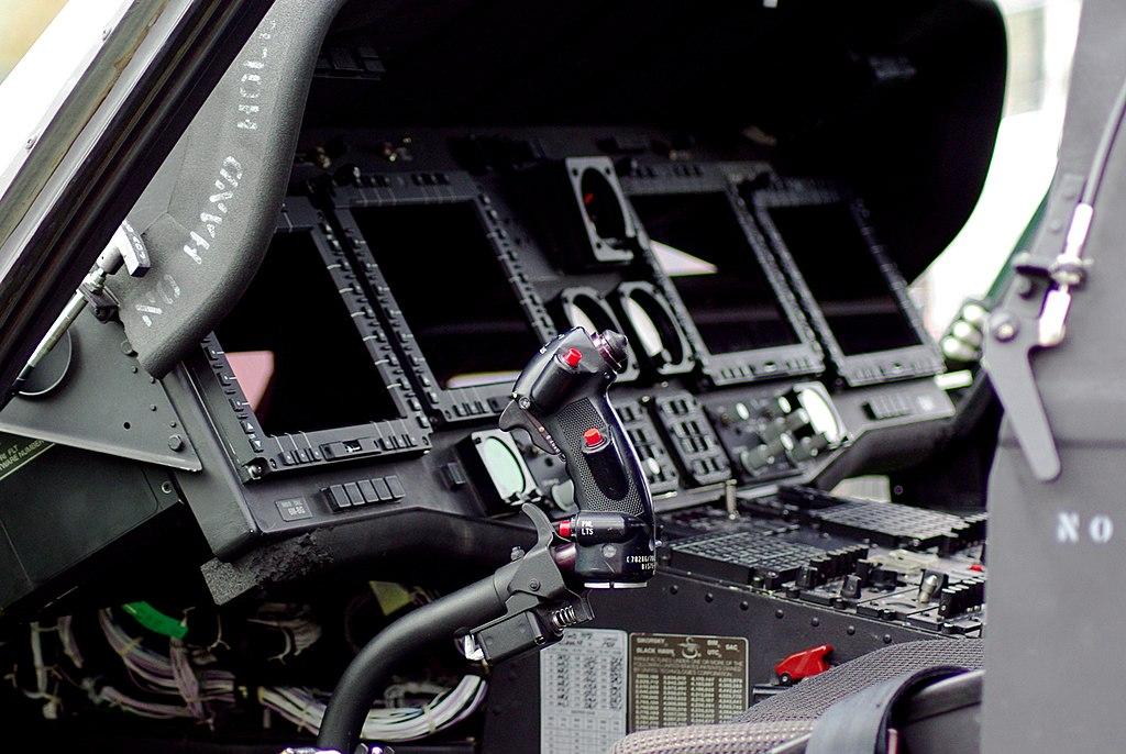 armée americaine - Page 2 1024px-Poste_de_pilotage_Black_Hawk