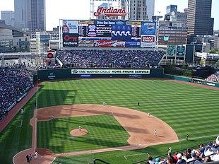 Veduta di Cleveland con in primo piano lo stadio di baseball Jacob Field
