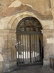 puerta en esviaje en el claustro de la catedral de len espaa