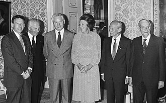 Steven Weinberg - Queen Beatrix meets Nobel laureates in 1983. Weinberg is on the queen's right.