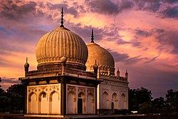 Persa influo, kiel ekzempligite en la Qutb Shahi-tomboj, estas abunda ĉie en Telangana