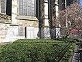 Südliche Chorhalle mit Grabplatte.jpg