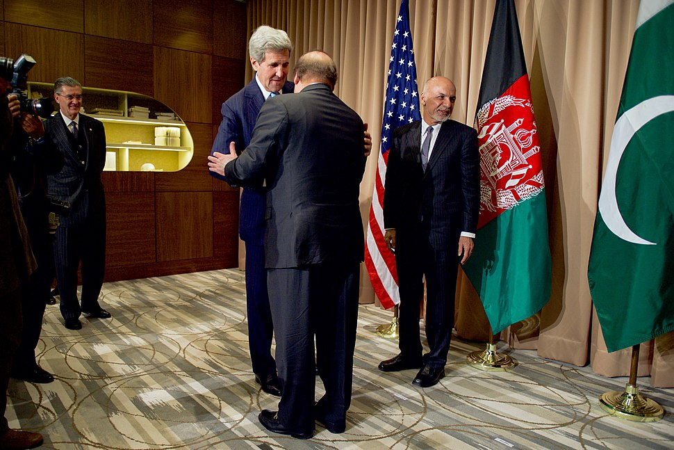 Secretary Kerry Greets Pakistan Prime Minister Sharif Before Trilateral Meeting With Vice President Biden in Switzerland (24491114856).jpg