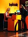 Sixt-Mitarbeiterin bedient Kundin (Flughafen München, Terminal 2).jpg