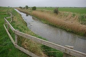 Soak dike - Soak Dike, Skeffling; the left bank protects the flat farmland between the Humber and Skeffling village