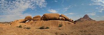 Arche naturelle en Namibie, à proximité du Spitzkoppe, visible à droite. (définition réelle 10673×3579)