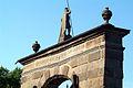 Spruch und Datum über dem Portal der Schlossbrücke von Schloss Hämelschenburg.jpg