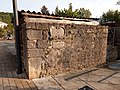 Stadtbrunnenweg Reste der Ortsmauer mit Gedenkstein an Hochwasser 1704 - 1.jpg