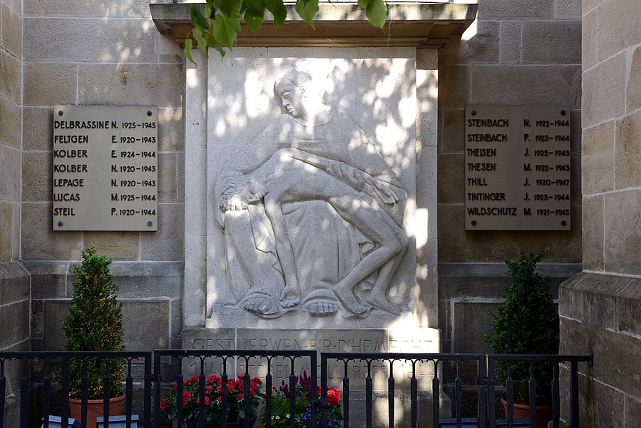 De Monument aux morts zu Steesel bei der Kierch.