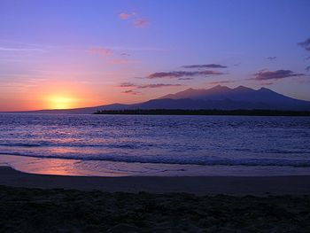 English: Sunrise over Lombok from the island G...
