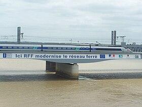 TGV sur le pont peu après sa mise en service (juillet 2008)