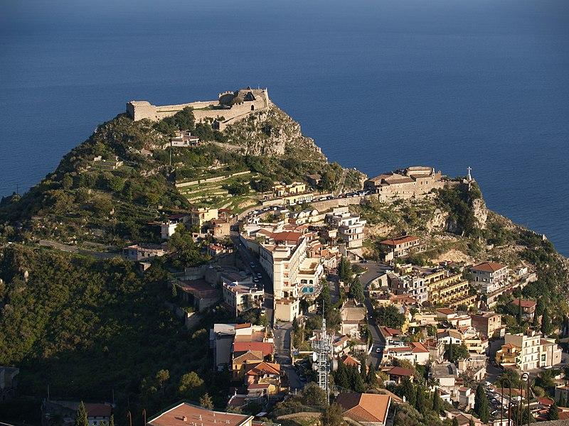 Datei:Taormina Castello and Madonna della Rocca.jpg