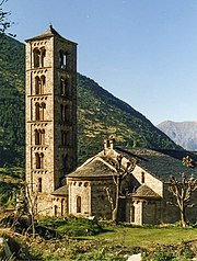 At Sant Climent de Taüll, Vall de Bohí, the tower has an increasing size in the windows at each level, typical also of Italian and German towers. pic Núria Pueyo