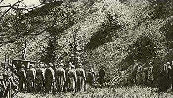 Immagine nota come la fucilazione di Mata Hari, esiste un documentario di Piero Angela prodotto dalla RAI negli anni '60 che ne dimostra la falsità (lei si vestì di bianco)