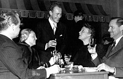 Tore Wretman (i midten) skåler med skuespilleren Max Hansen (t.v.) og instruktøren Börje Larsson (t.h.) og respektive fruer